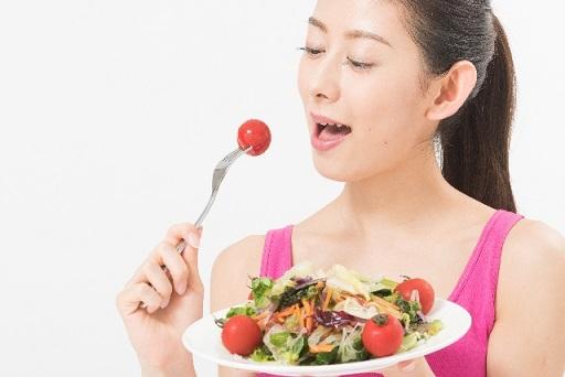 食べて居る女性